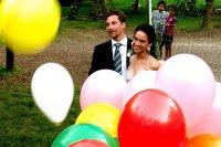 Państwo młodzi w kolorowych balonach